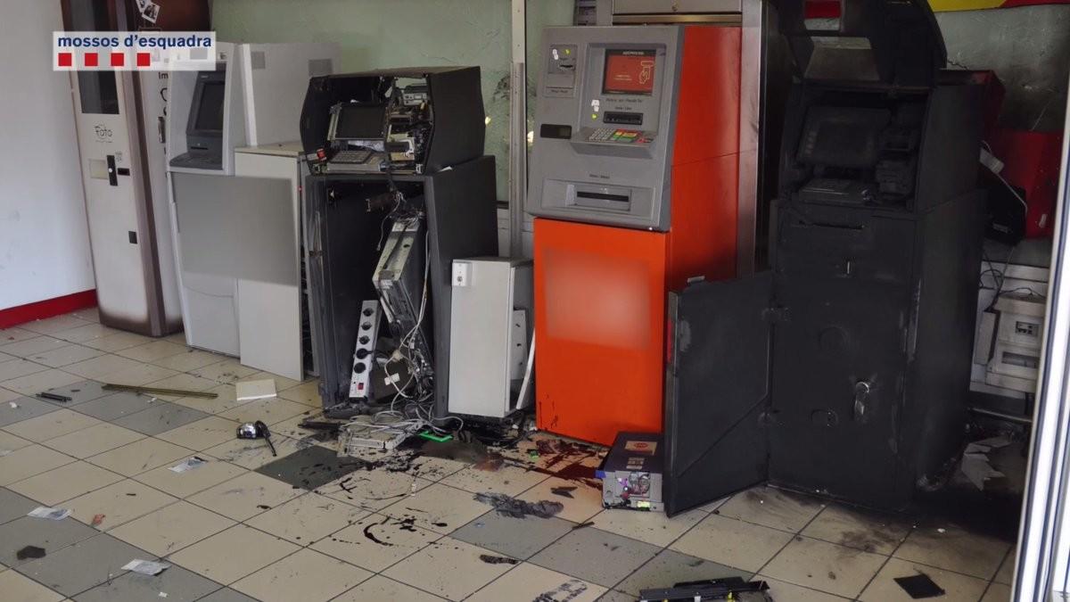 Cae una banda que robaba dinero de cajeros tras explosionarlos for Cajeros barcelona
