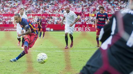 Neymar supera a Rico desde el punto de penalti, durante el partido entre el Sevilla y el Barcelona
