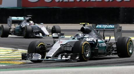 Nico Rosberg comanda la carrera de Interlagos por delante de Lewis Hamilton.