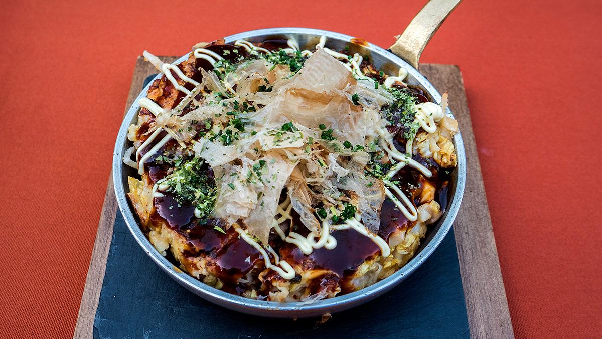 Ernest-Dai Fibla, del restaurante Hisako Umi y el chef Qing, nos enseñan a preparar un okonomiyaki.