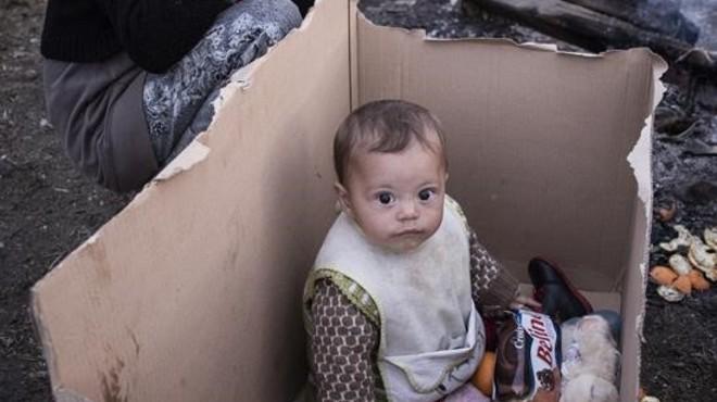 La fotografia d'un bebè en una caixa de cartró al mig del camp d'Idomeni es fa viral