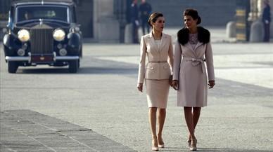 La reina Letizia y la primera dama argentina, Juliana Awada, en el patio de armas del Palacio Real, Madrid.