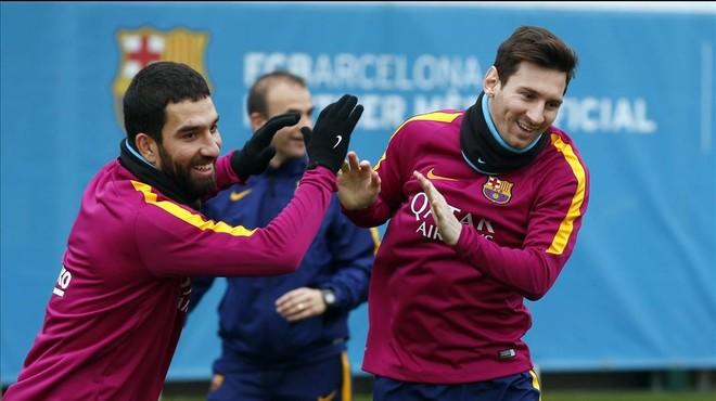 Messi, junto a Arda, en el entrenamiento de este jueves.