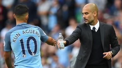 El 'Kun' Ag�ero y Guardiola, en un partido del Manchester City en el Etihad Stadium.
