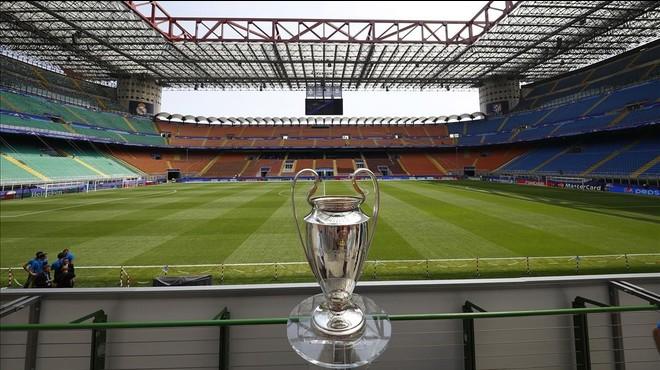 Espectacular imagen del estadio de San Siro, en Mil�n (Italia), con la copa de la Liga de Campeones, en primer t�rmino.