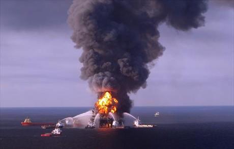 Tareas de extinci�n en la plataforma 'Deepwater Horizon', en abril del a�o 2010.