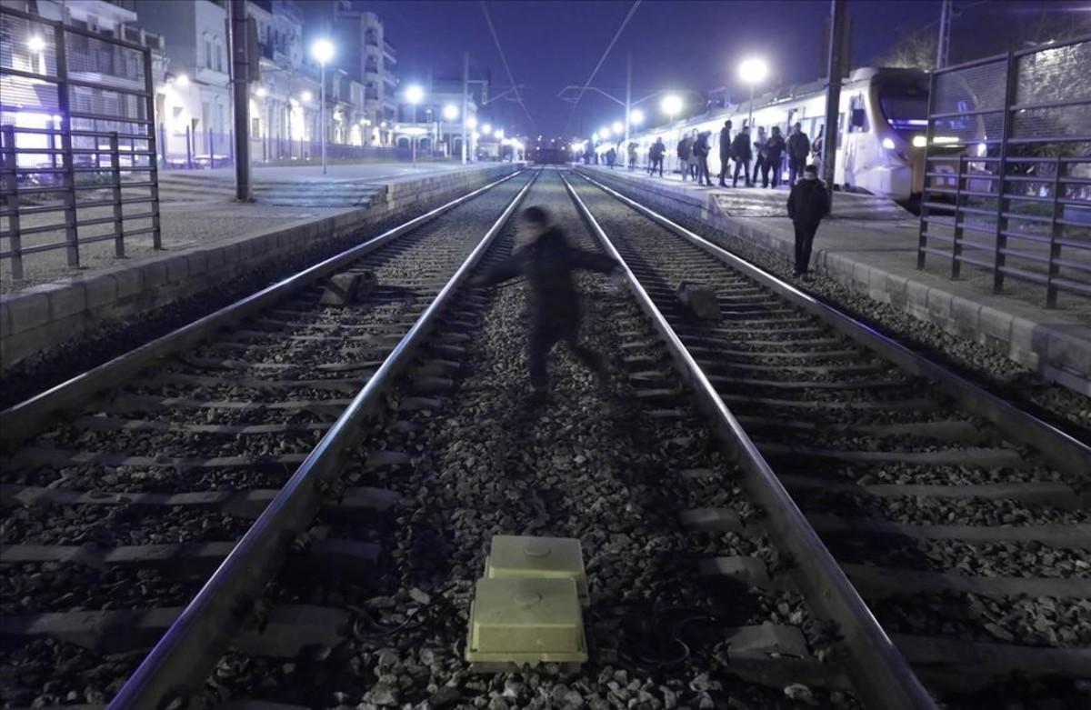Vias del tren en el paso a nivel en la estacion de Montcada i Reixac.