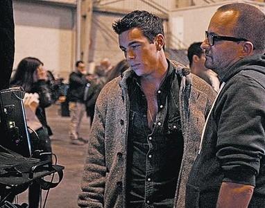 Mario Casas y el director, Fernando Gónzalez Molina, en el rodaje.