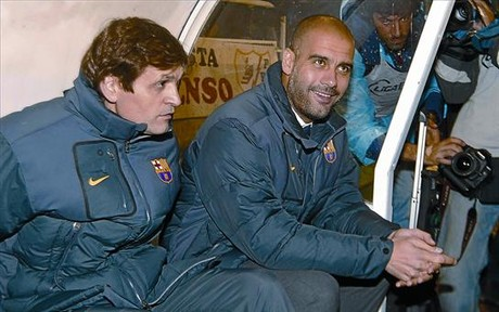Relajado 8 Guardiola, sonriente junto a Tito Vilanova, ayer, en el campo del Rayo Vallecano.
