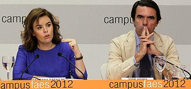 La vicepresidenta Santamaría y el expresidente Aznar, en un acto de la FAES en Madrid. EFE