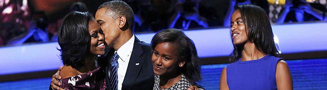 Barack Obama, tras su discurso de anoche en Charlotte, rodeado por su esposa, Michelle, y por sus hijas Sasha y Malia (derecha). REUTERS