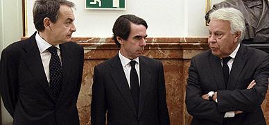 Zapatero, Aznar y González, en el Congreso durante la capilla ardiente de Suárez.