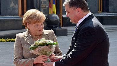Merkel, recibida por el presidente ucraniano Poroshenko.