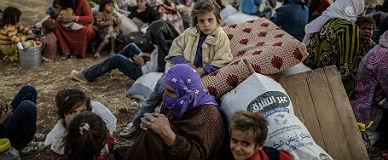 Refugiados kurdos sirios esperan cerca de la frontera para entrar en Turqu�a, el s�bado.