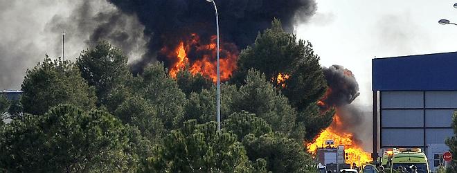 Al menos 10 muertos y 13 heridos Los servicios de emergencias, en el lugar donde se ha estrellado el avi�n de la OTAN, este lunes. estrellarse un F-16 griego en la base de Albacete