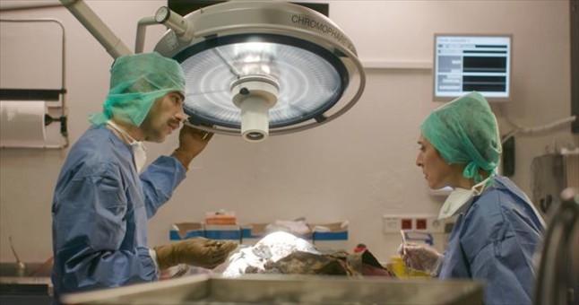 David Verdaguer y Clara Segura. en una imagen de Nit i dia, grabada en una sala de autopsias del IMLC.