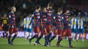 Los jugadores del Barça regresan a los vestuarios mientras los del Espanyol saludan a su afición en el Camp Nou.