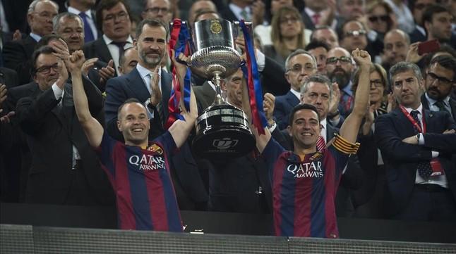 Iniesta y Xavi levantan la Copa ante Felipe VI, el 30 de mayo en el Camp Nou