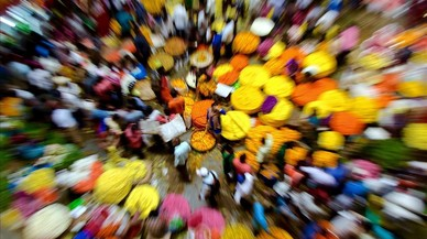 Una multitud compra flores en un mercado deBangaloreen la víspera del Festival Durga Puja, (India).