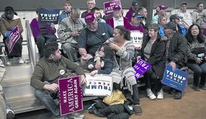 Seguidores de Donald Trump esperan el inicio de un mitin del candidato republicano en Springfield (Ohio).