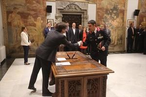 El president de la Generalitat, Carles Puigdemont (izquierda), y el nuevo major, Josep Lluís Trapero, ayer.