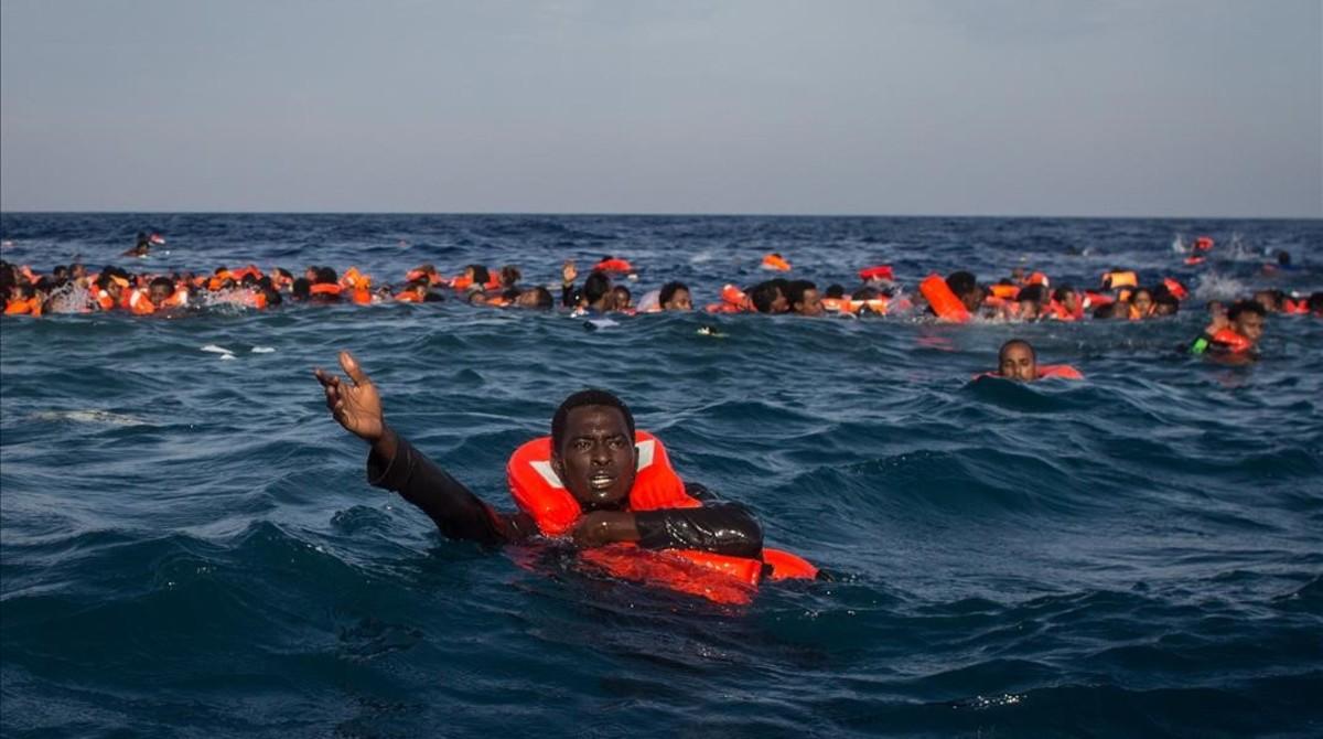 Refugiados e inmigrantes nadan y piden ayuda cerca de Lampedusa, el pasado mayo.