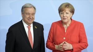 La canciller alemana, Angela Merkel, da la bienvenida al secretario general de la ONU, Antonio Guterres.