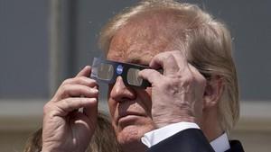 Trump se prepara para ver el eclipse de sol, en la Casa Blanca