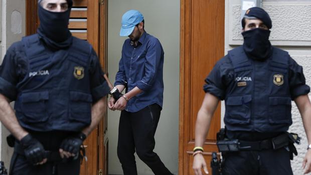 Los Mossos muestran las imágenes de los registros de pisos en las operaciones antiterroristas