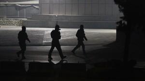 Agentes de las fuerzas de seguridad afganas toman posiciones cerca del lugar del ataque, en Kabul, el 20 de enero.