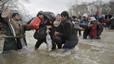 2.000 refugiados logran sortear la valla y entrar en Macedonia