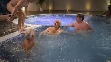 Actividad 8Miembros del Club Català de Naturisme, en una piscina.