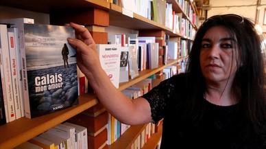 Beatrice Huret posa junto al libro que ha escrito para contar su historia de amor con un refugiado iraní.