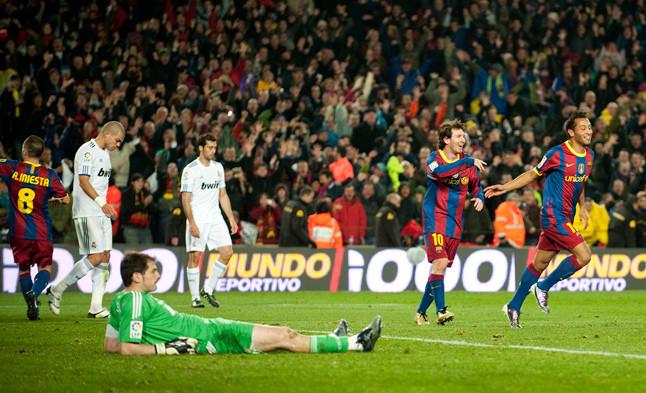 Cara y cruz. La desolación de Casillas, Pepe y Arbeloa contrasta con la alegría de Iniesta, Messi y Jeffren, autor del gol que completó la 'manita' en el partido disputado en el Camp Nou el 29 de noviembre del 2010.