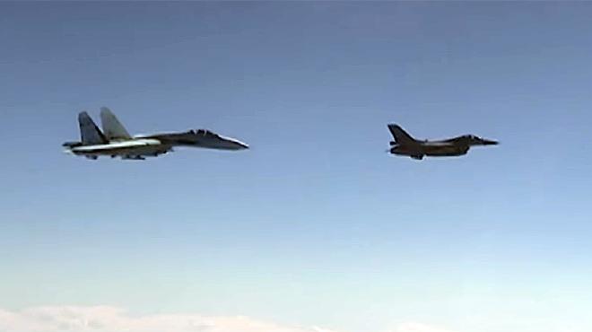 Un caza ruso (izquierda), que custodia al avión del Ministro de Defensa, intercepta a un F-16 de la OTAN.