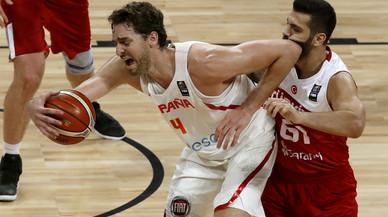 Espanya sobreviu a una batalla amb Turquia i passa a quarts de final