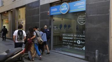 Una de las lavanderías atracadas, situada en la plaza de la Vila de Gràcia.