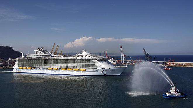 El Periu00f3dico navega en el crucero mu00e1s grande del mundo.