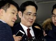 Elheredero y vicepresidente de Samsung,Lee Jae-yong (en el centro).