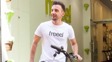 Alejandro Amenábar promociona el uso de la bicicleta eléctrica en Barcelona