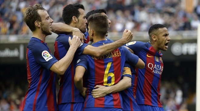 Los jugadores del Bar�a celebran el 2-3 obra de Messi en Mestalla.