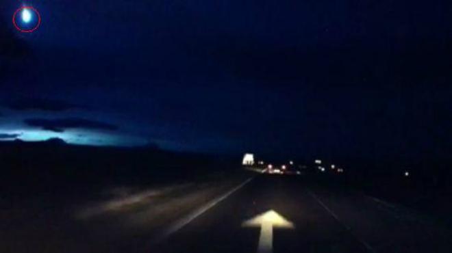 V�deo grabado por un conductor en que una bola de fuego producida por un meteoro ilumina la noche en Escocia.