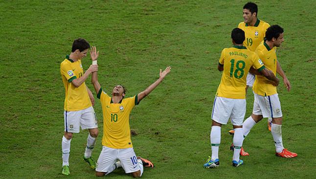Neymar (de rodillas), eufórico tras marcar el segundo gol de Brasil