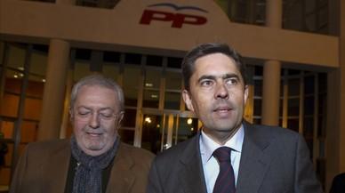 Pedro Agramunt (izquierda) saliendo de una reunión en la sede del PP en Valencia en 2011.