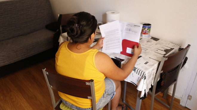 Una mujer en riesgo de exclusi�n revisa su factura de agua.
