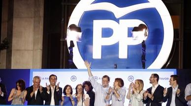 Rajoy, con parte de la cúpula del PP y la vicepresidenta Sáenz de Santamaría, en el balcón de Génova la noche electoral del 26-J.