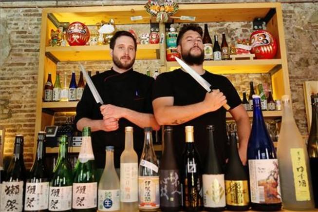 Roger Edo y Pau Artieda, bien armados tras una selección de sakes. Foto: Ricard Cugat