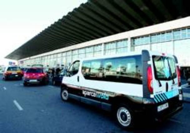 Una empresa privada compite con el aparcamiento de El Prat