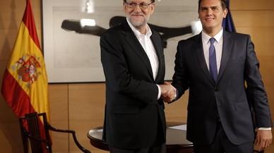 Rajoy i Rivera juguen al blackjack (i Montoro mira)