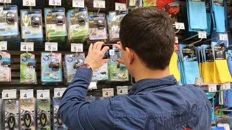 Un usuario escanea precios en una tienda f�sica con la app Radarprice.